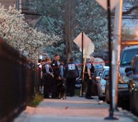 Manhunt for gunman after federal agent shot in Chicago
