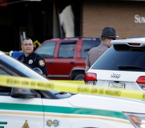 Law enforcement officials stand out in front of a SunTrust Bank branch, Wednesday, Jan. 23, 2019, in Sebring, Fla., where authorities say five people were shot and killed. (Photo/AP)