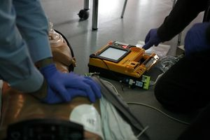 CPR training with AED assistance (Photo/Wikimedia Commons)