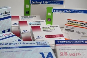 Fentanyl transdermal: uses, side effects, interactions, pictures.
