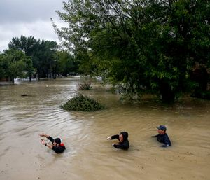People wade through chest deep water down Pine Cliff Drive as Addicks Reservoir nears capacity due to near constant rain from Tropical Storm Harvey in Houston. (Michael Ciaglo/Houston Chronicle via AP)