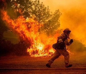 Firefighters made headway in preventing the growth ofthe Mendocino Complex,but officials warned that rising temperatures could create strong fire behavior. (Photo/AP)
