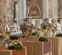Pope urges prisoners to serve each another in foot-wash rite